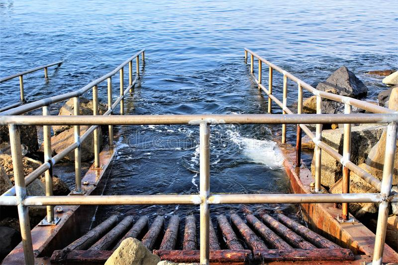 在海边的排水设备在Portifino加利福尼亚海洋边在雷东多海滩,加利福尼亚,美国 图库摄影