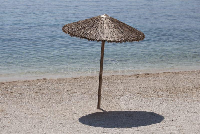 Download 在海边的沙滩伞 库存照片. 图片 包括有 节假日, 晴朗, 蓝色, 热带, 秸杆, 没人, 休闲, 影子 - 72355632