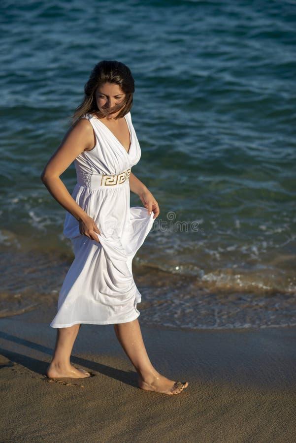 在海边的浪漫散步 免版税库存照片