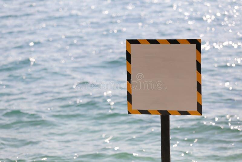 在海边的警告标记 免版税图库摄影