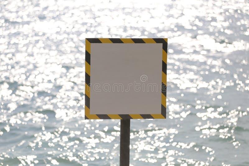 在海边的警告标记 库存图片