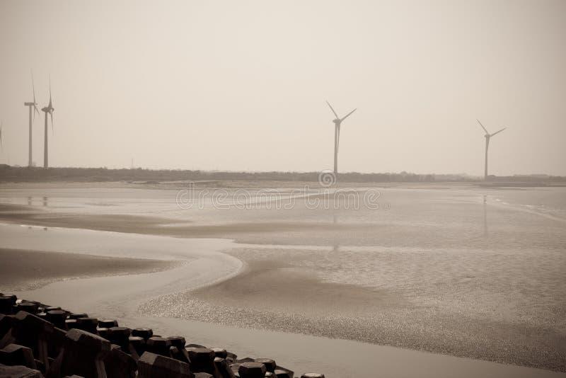 在海边的风力发电器 库存图片