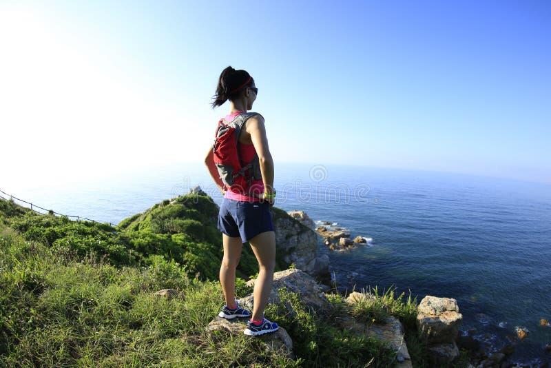 在海边的年轻健身妇女观察 图库摄影
