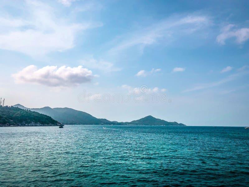 在海边背景的清楚的海水 免版税图库摄影