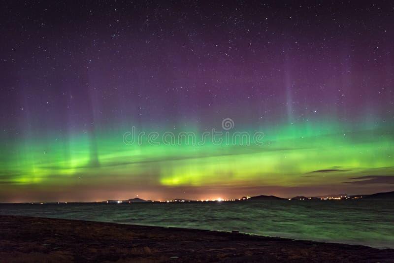 在海边颜色和射线挪威的北极光极光 库存图片