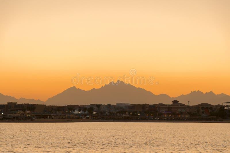 在海运的好的日落 在山和海的日出 库存照片