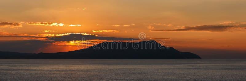 在海运的日出。(全景) 库存照片