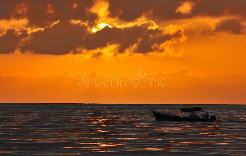 在海运的日落和cloudscape 库存照片