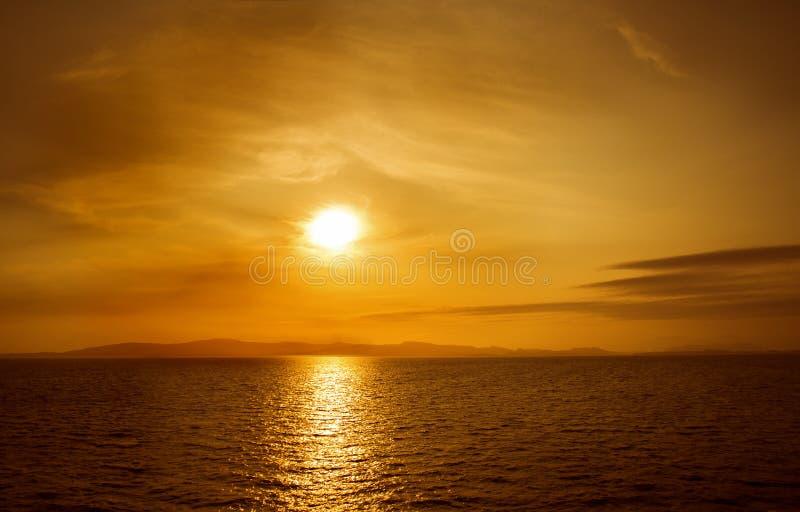 在海运的日落 在天空的明亮的太阳 海滩火山的夏威夷 免版税库存图片