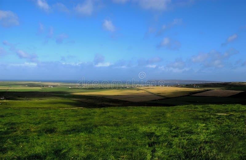 在海运附近的农场土地 库存照片