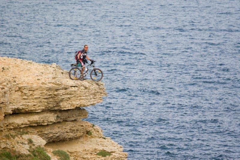 在海运顶层附近的骑自行车的人 免版税库存图片