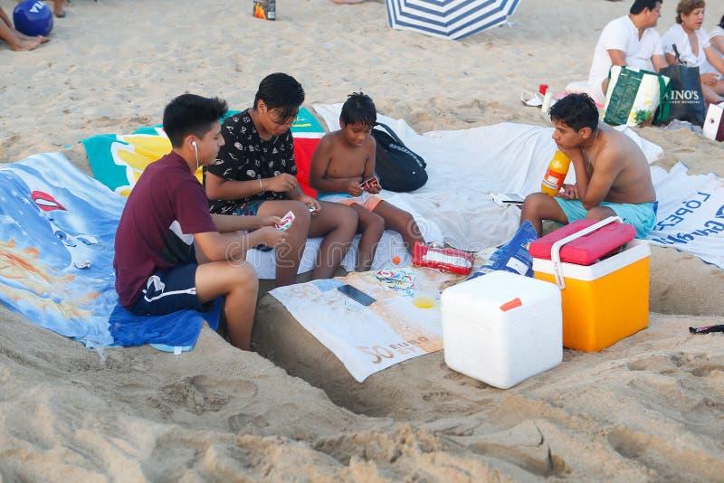 在海附近的圣约翰庆祝在孩子纸牌的马略卡细节的 免版税库存照片