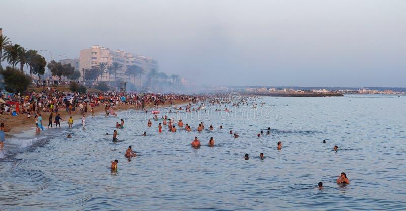 在海附近的圣约翰庆祝在游泳者的马略卡宽视图的 免版税库存照片