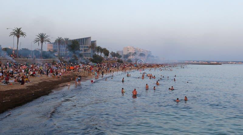 在海附近的圣约翰庆祝马略卡宽视图的 免版税库存照片