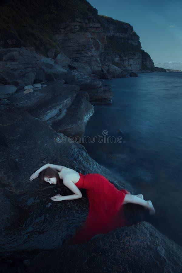 在海附近的孤独的妇女 免版税图库摄影