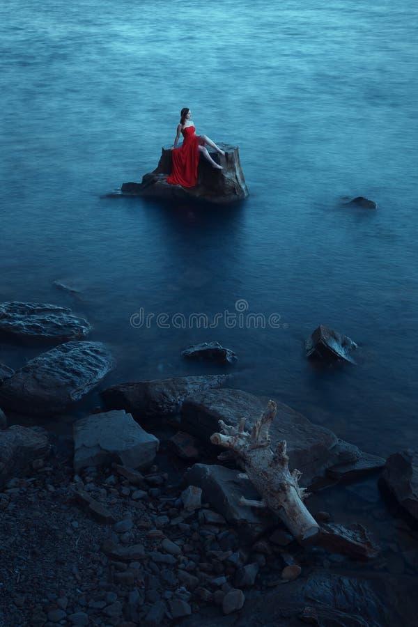 在海附近的孤独的妇女 免版税库存照片