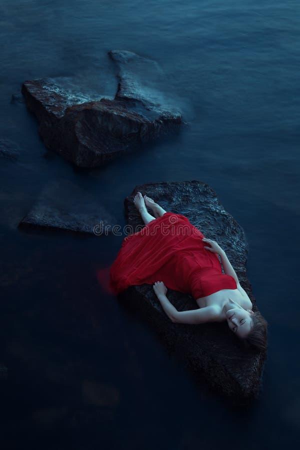 在海附近的孤独的妇女 库存图片