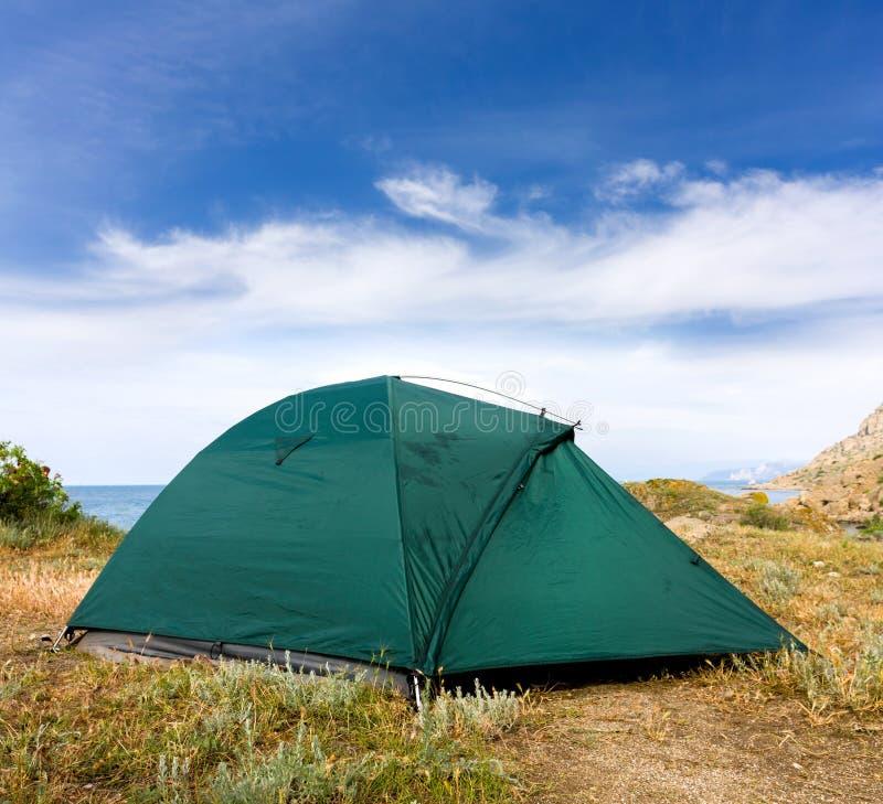 在海附近的旅游帐篷 库存图片