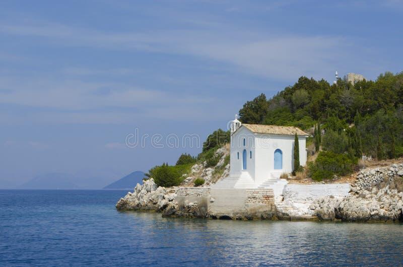 在海附近的老白色教会伊塔卡海岛岸的  库存照片