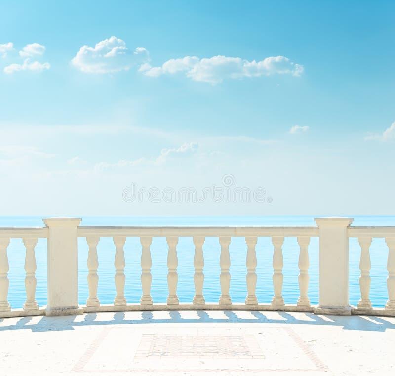 在海附近的阳台 免版税库存照片