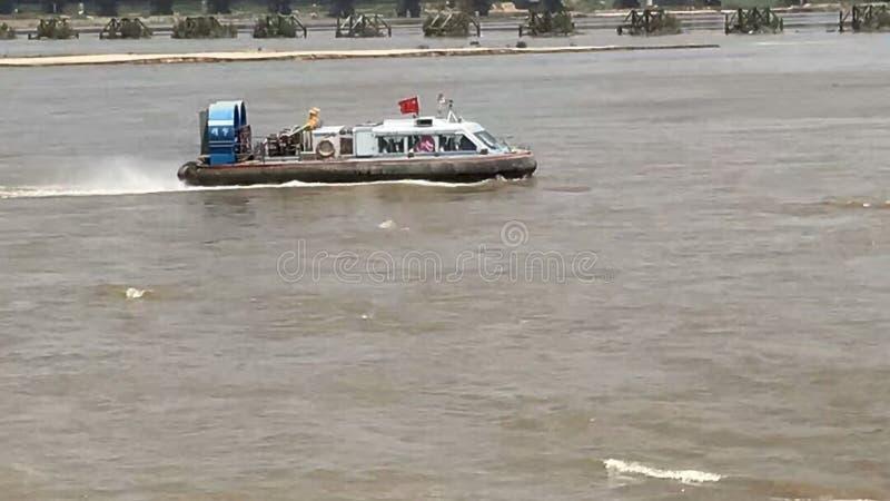 在海风帆的一艘气垫船在风和波浪 免版税库存照片