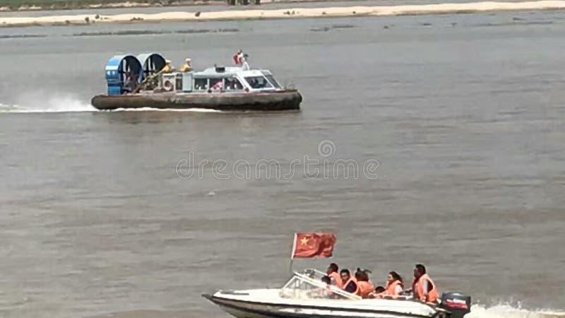 在海风帆的一艘气垫船在风和波浪 免版税图库摄影