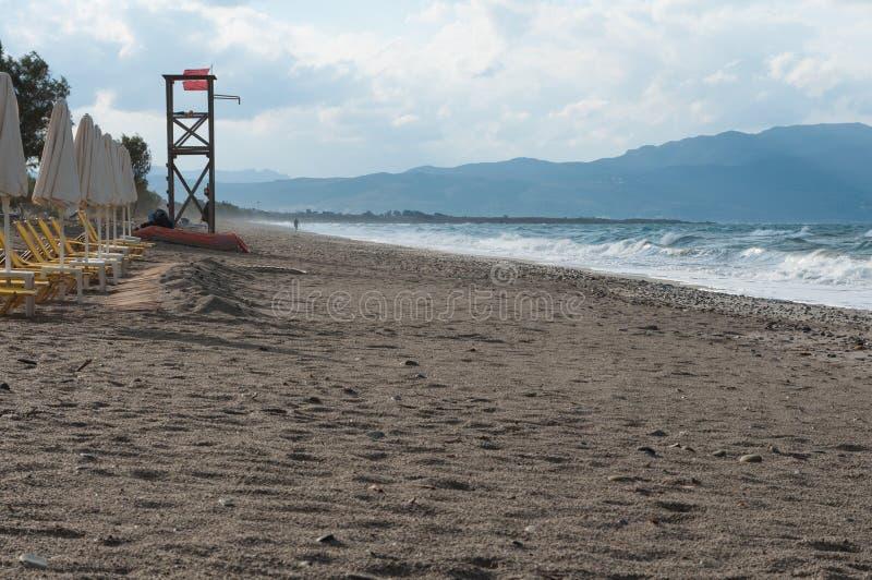 在海风暴期间的普拉坦亚斯海滩克利特, 免版税库存照片