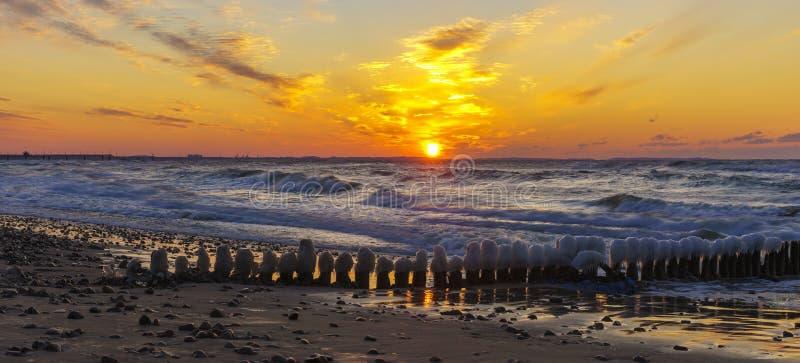 在海,波罗的海,波兰的剧烈,红色日落 免版税库存图片