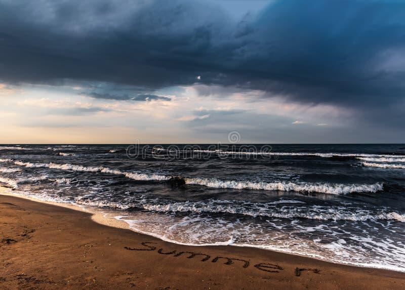 在海,空的海滩的惊人的五颜六色的天空 库存图片