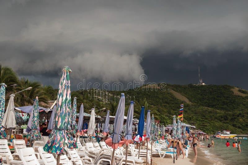 在海滩上的重的云彩在风暴泰国酸值LARN前 库存图片