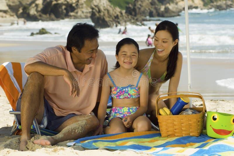 在海滩假期的家庭 库存图片