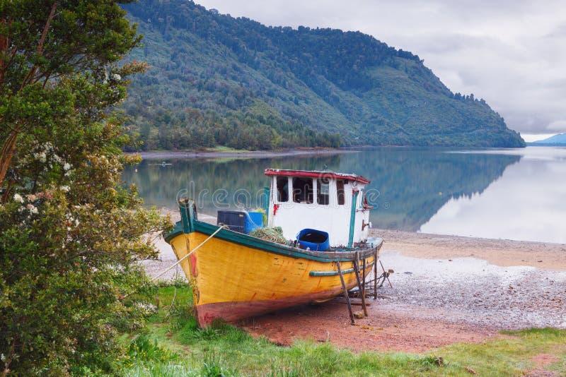 在海滩停住的老小船Puyuhuapi, Patago海湾  免版税库存图片