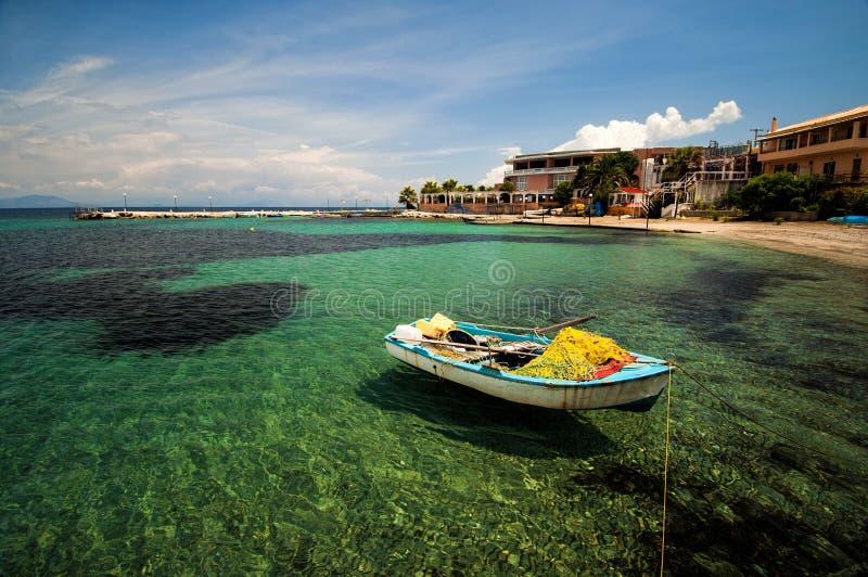 在海滩停泊的小船 免版税库存照片