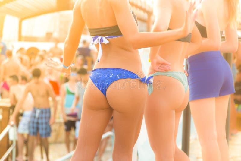 在海滩党的性感的女孩跳舞 免版税库存图片