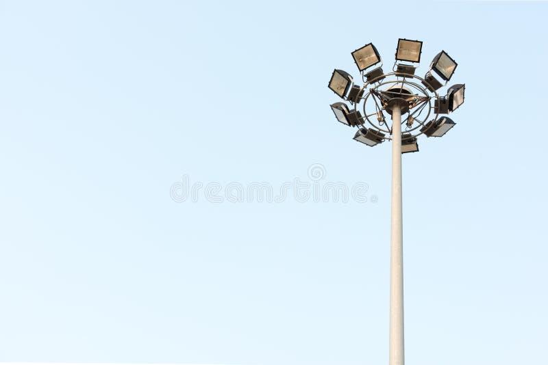 在海滩前面路的泛光灯有清楚的天空的 免版税库存图片