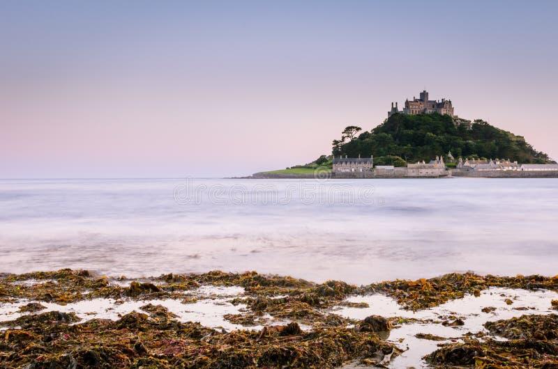 在海洋包围的海岛上的城堡 免版税库存照片