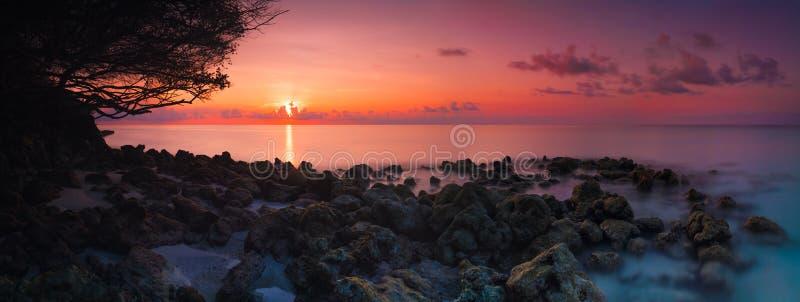 在海滩印度洋,马尔代夫的美好的生动的日落全景 库存照片