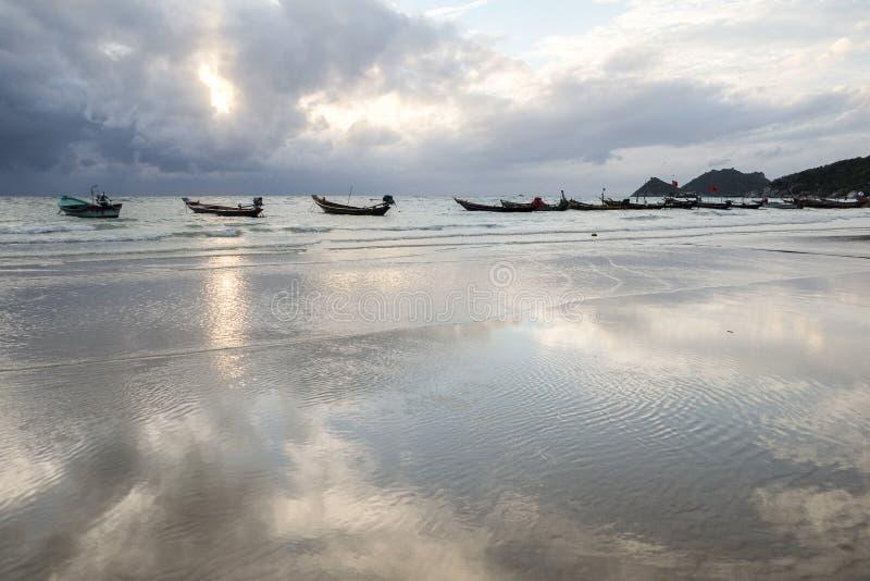 在海滩反射的小船在水中 免版税库存图片