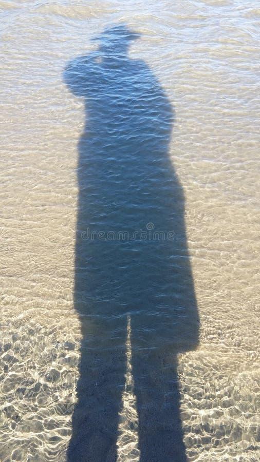 在海洋水反映的人 免版税图库摄影