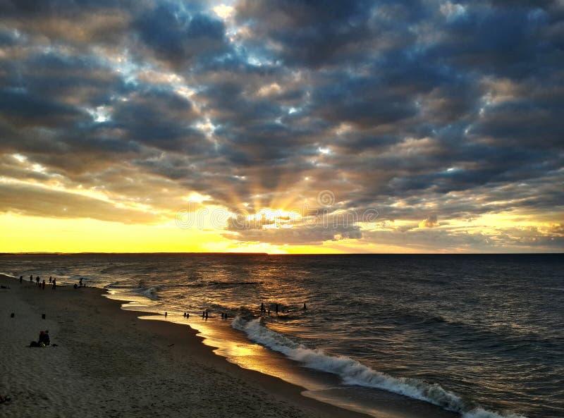 在海滩和波浪的日落 免版税库存图片