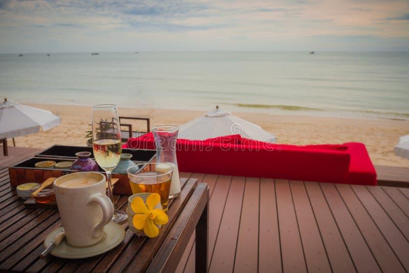 在海滩和海视图的上午用早餐 库存图片