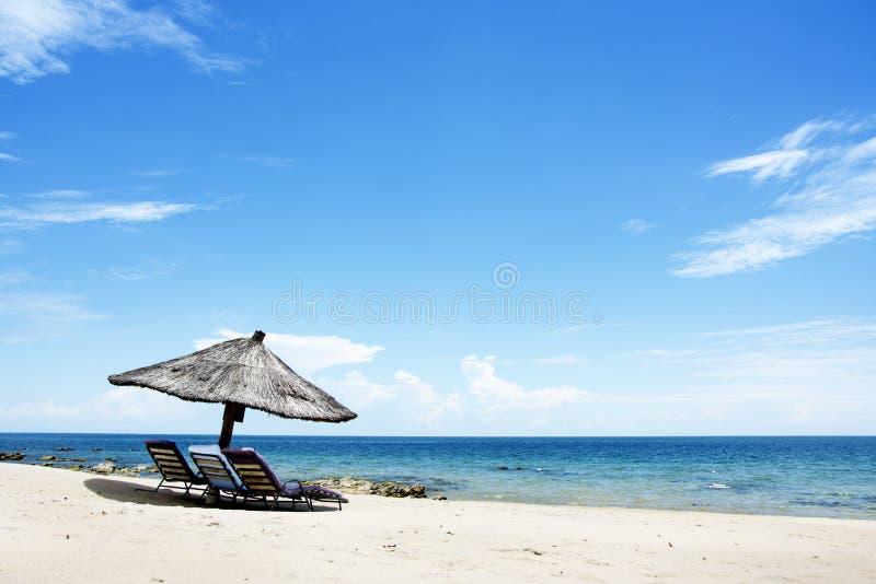 在海滩在一个晴天, Chintheche海滩,马拉维湖的伞 免版税库存图片