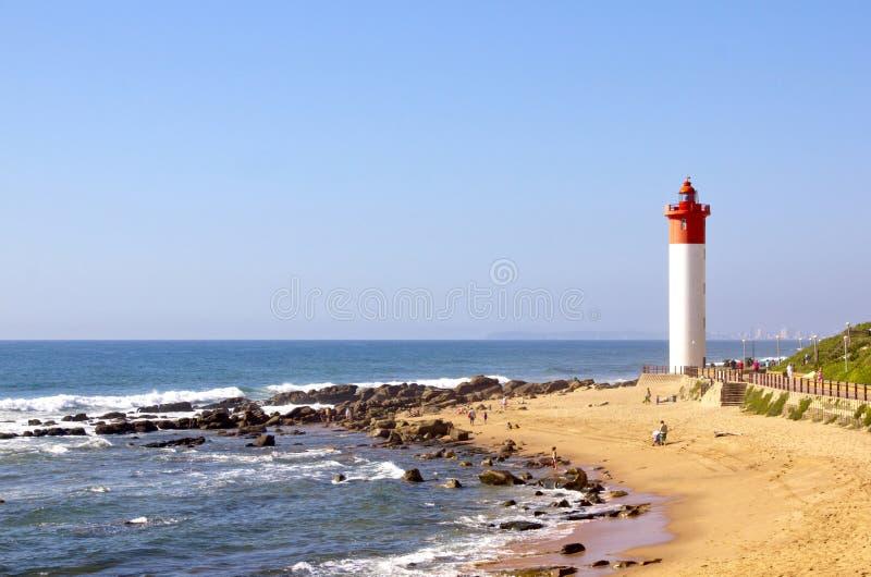 在海滩在Umhlanga岩石,德班的红色和白色灯塔 库存照片