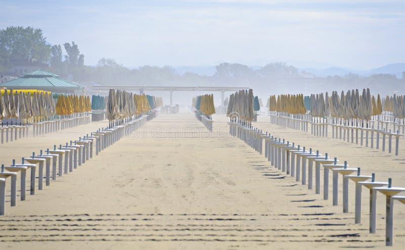 在海水浴场的沙尘暴 免版税库存照片