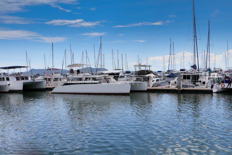 在海洋小游艇船坞海湾的马达游艇 免版税库存照片