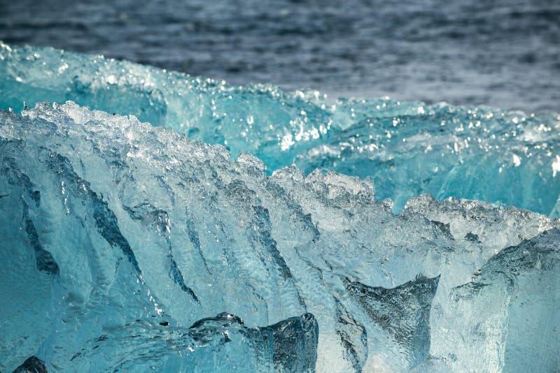 在海洋岸的冰山,纹理接近,冰盐水湖Joukulsarlon,冰岛 免版税库存图片