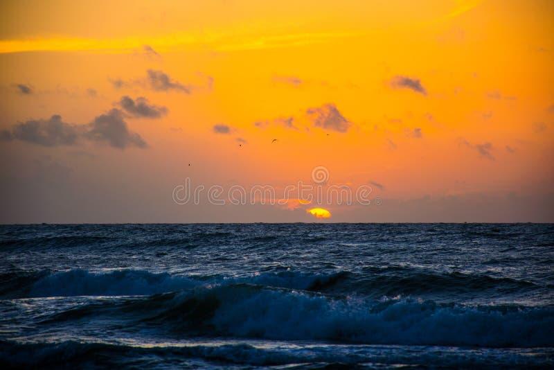 在海洋帕德雷岛得克萨斯波浪碰撞的日出 免版税图库摄影