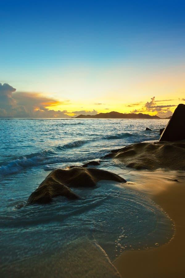在海滩来源D `的日落银在塞舌尔群岛 库存图片