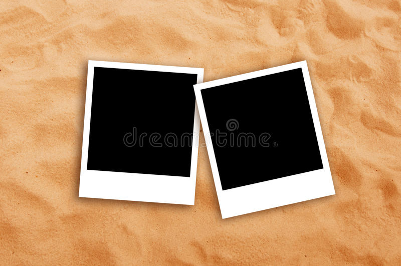 在海滩沙子的两个空白的照片框架 库存照片