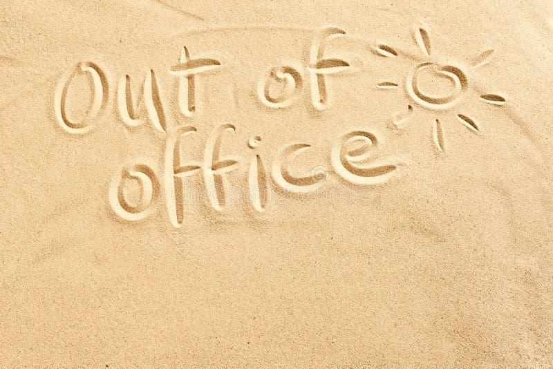 在海滩沙子的办公室标志外面 图库摄影